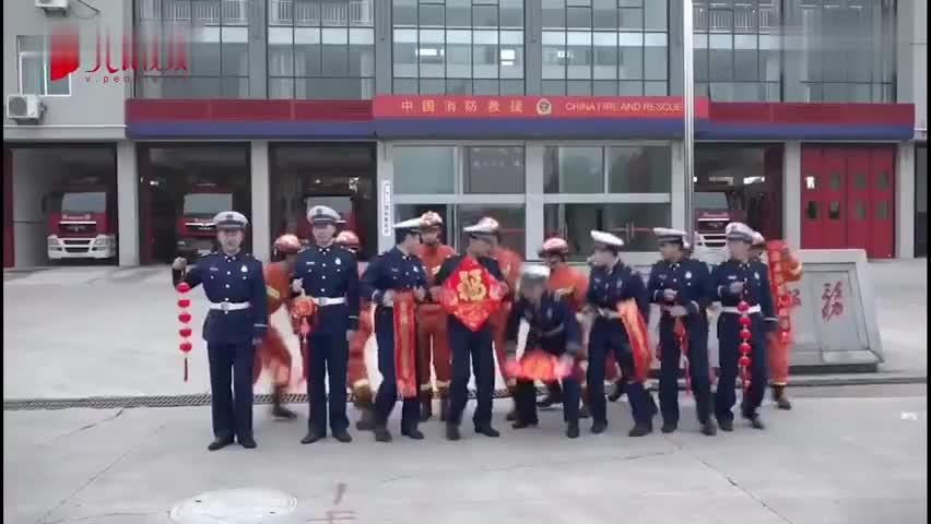 视频-行走的敬业福!录制视频途中警铃响起 消防员