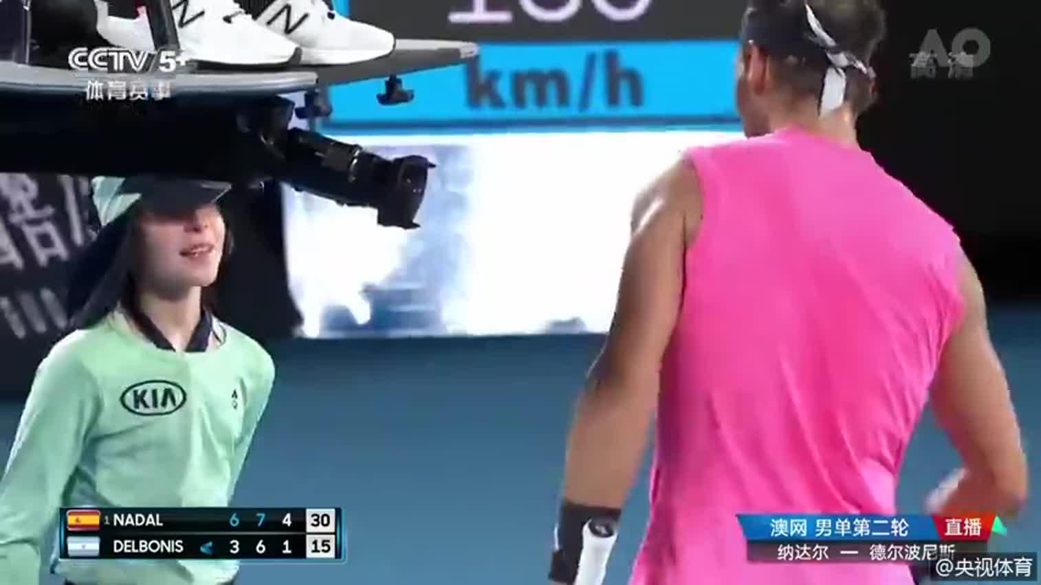 视频-纳达尔回球击中小球童 俯身亲吻表歉意