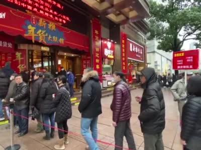 视频 _ 申城市民取消聚餐 南京路上排队购买半成品菜_新民社会_新民网