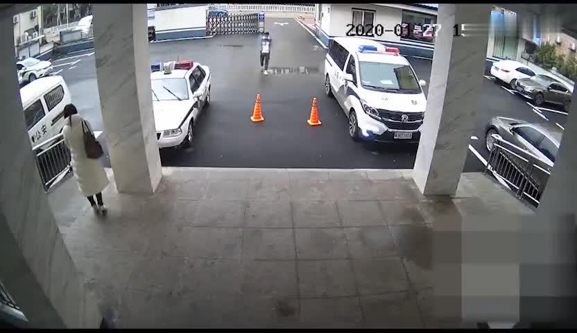 """视频-小伙丢下500口罩就跑 警方喊话:你""""逃跑"""
