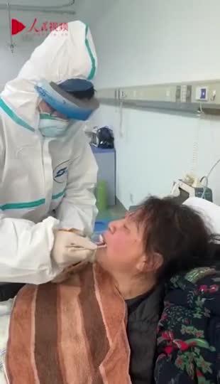 视频-武汉医护穿防护服喂老人饭:我们还有一口吃的