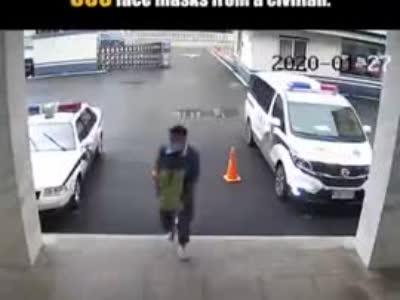 """安徽省六安市小伙往警察局送口罩,丢下500口罩就跑,警方喊话:你""""逃跑""""..."""