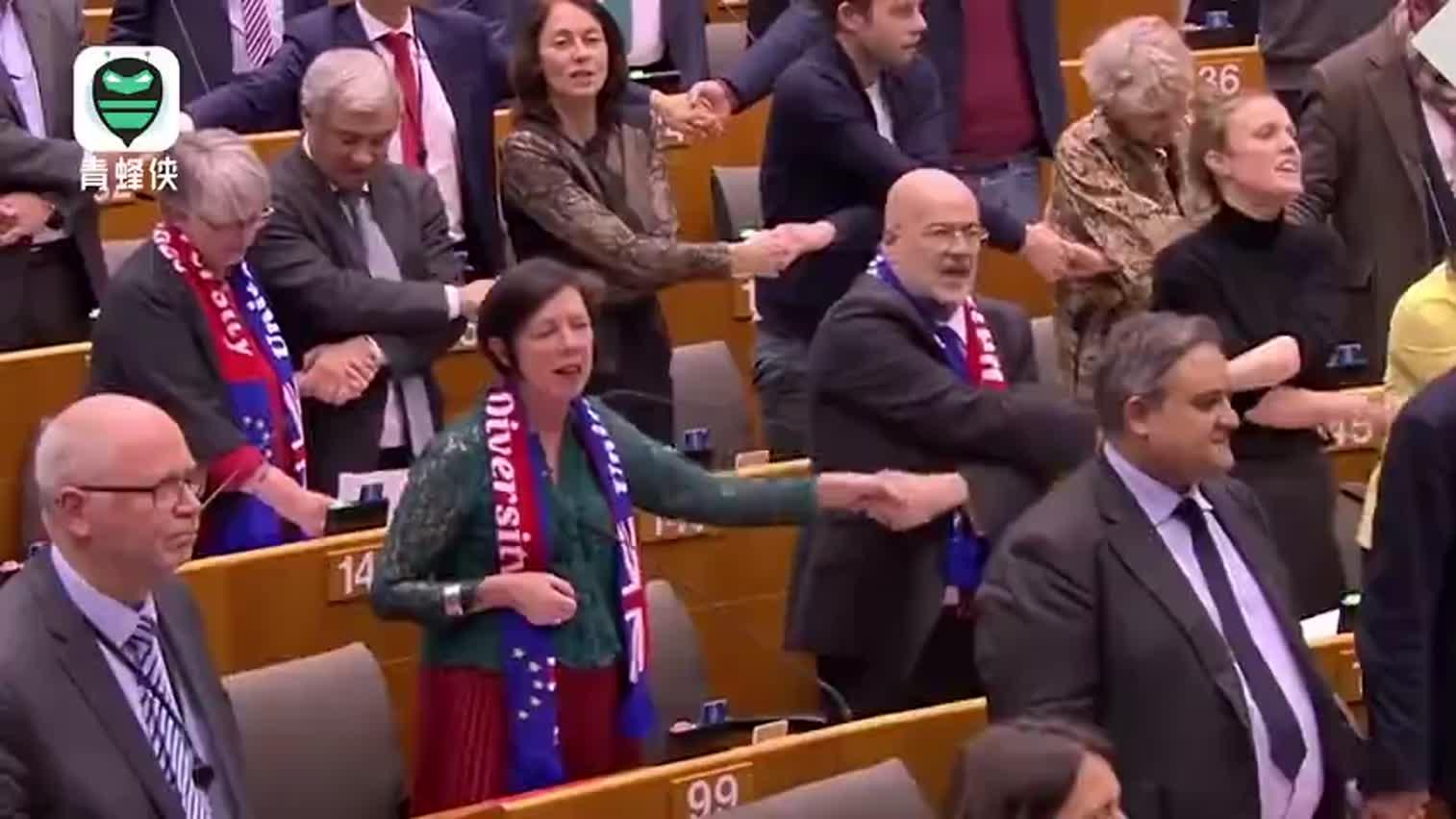 视频-欧洲议会通过英国脱欧协议 议员牵手合唱《友