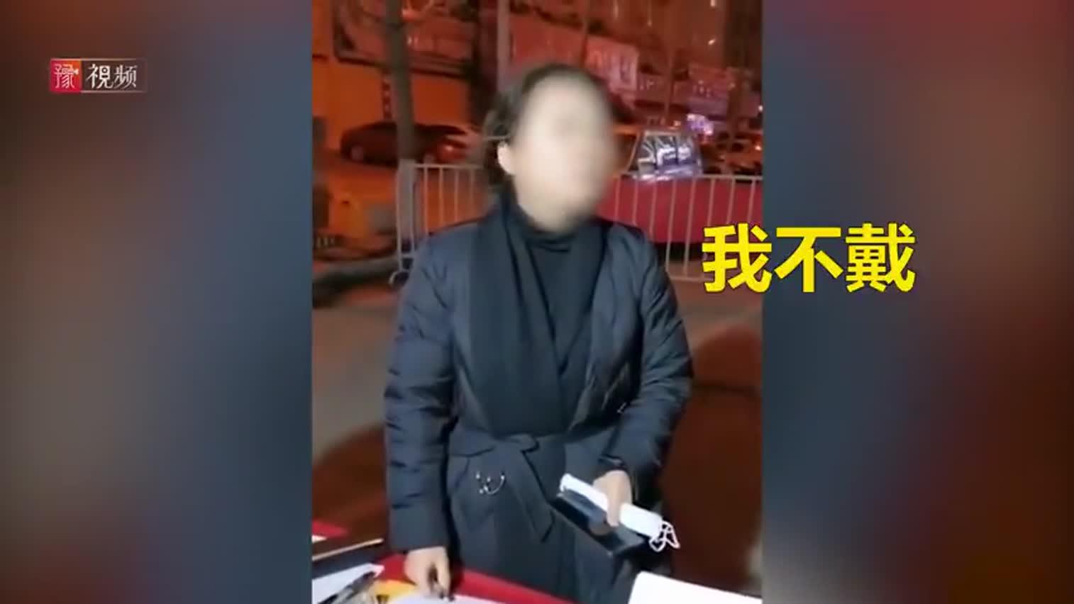 视频:河南一医院副院长过卡点拒戴口罩被停职 连说