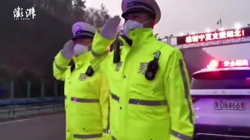 视频-湖北高速警察霸气喊话物资车:我们将全程为你