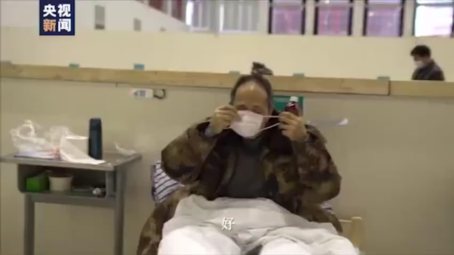视频-武汉方舱医院 医护人员防护服上写周黑鸭热干