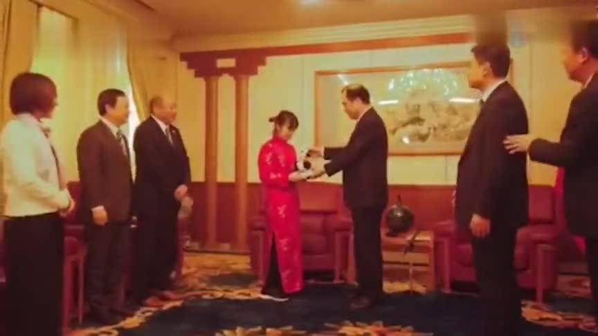 """视频-""""穿旗袍的鞠躬女孩""""来中国驻日使馆 转交为"""