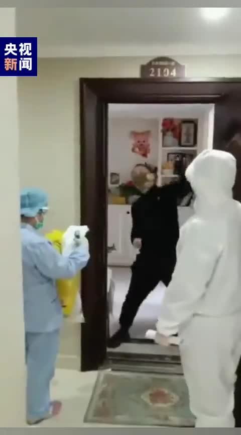 视频-男子解除隔离后当场跳舞:我要去楼下跑几圈!