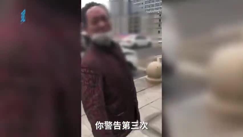 视频-男子火车站拒戴口罩:敢扣我明天让你后悔