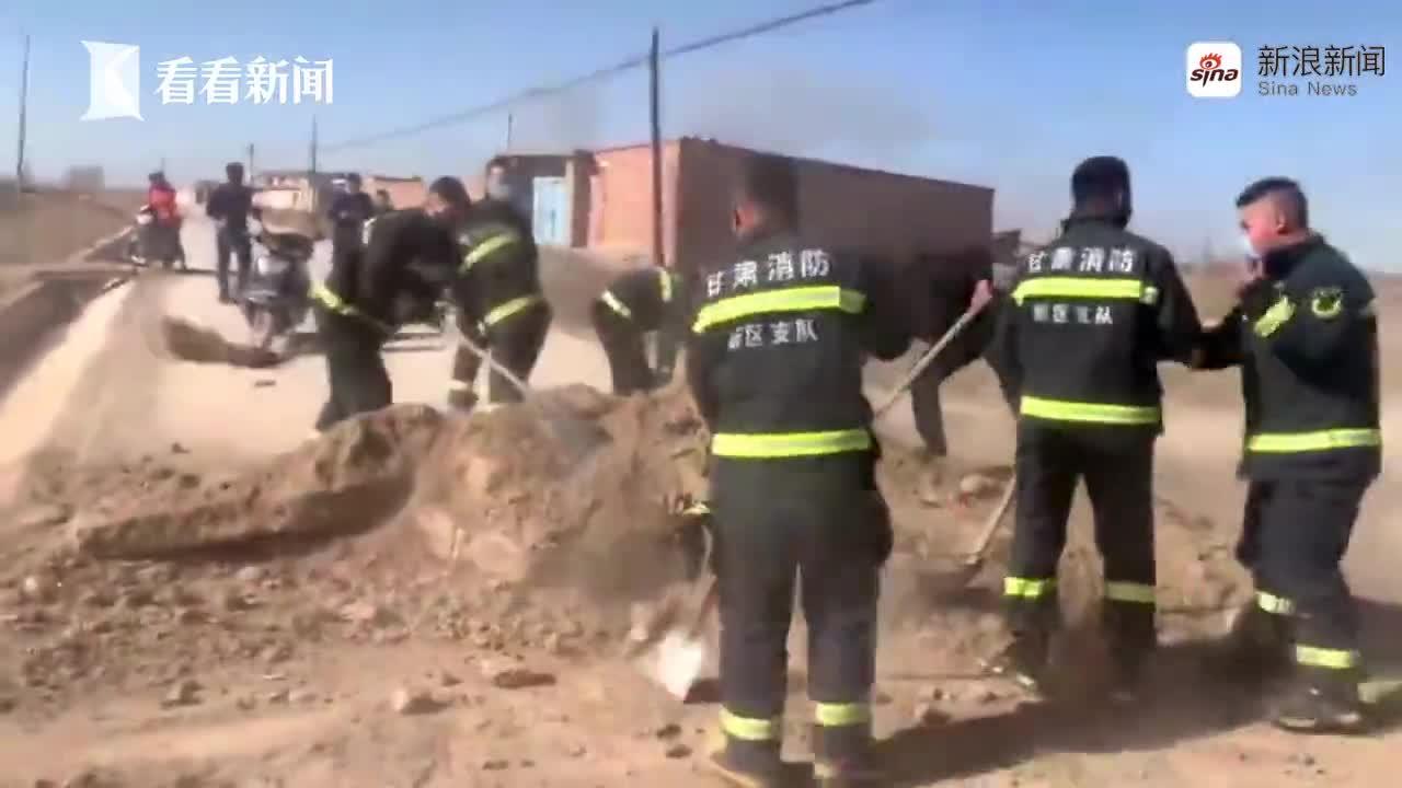 视频-消防员灭火路上两次被堵 报警人玫瑰园尽数被