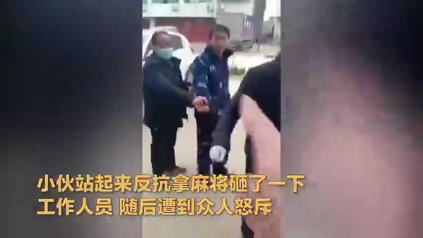 视频-湖北孝昌一家打麻将被砸桌:乡长两次登门道歉