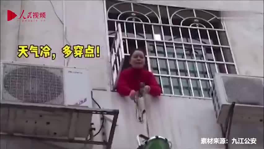 视频-孩子向警察爸爸敬礼:把病毒打败 快快回家