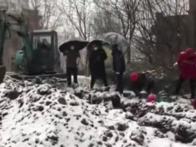 风雪30小时!他们抢修供水,居民端来热水……
