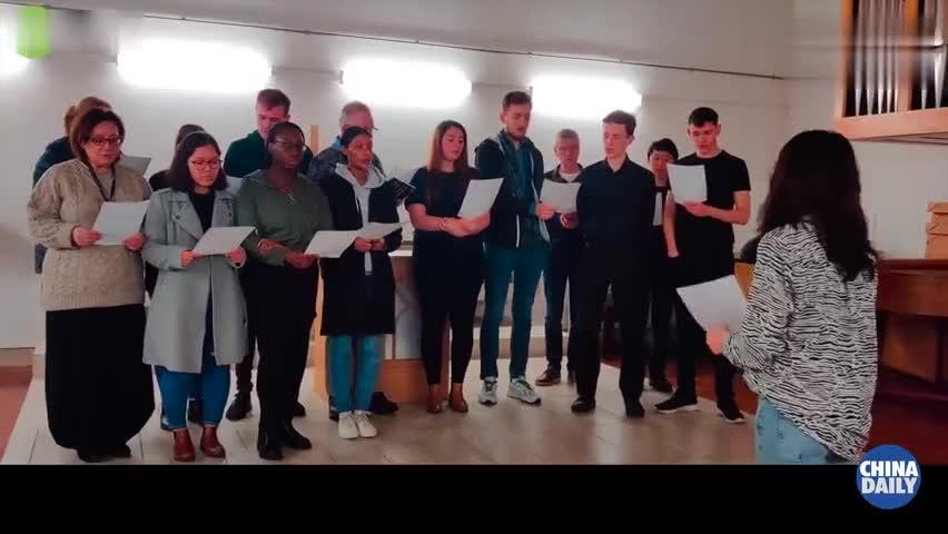 视频-英国获奖合唱团唱中文歌声援中国