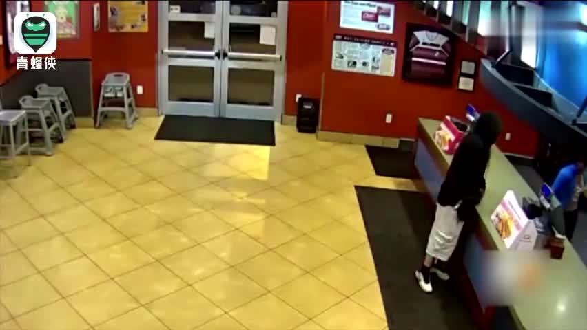 视频-美国男子企图抢劫餐厅 被在约会的警察夫妇顺
