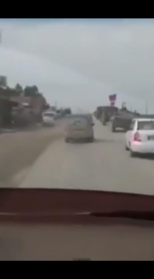 """视频-美军装甲车将俄军车辆""""挤""""出公路 俄官员:"""