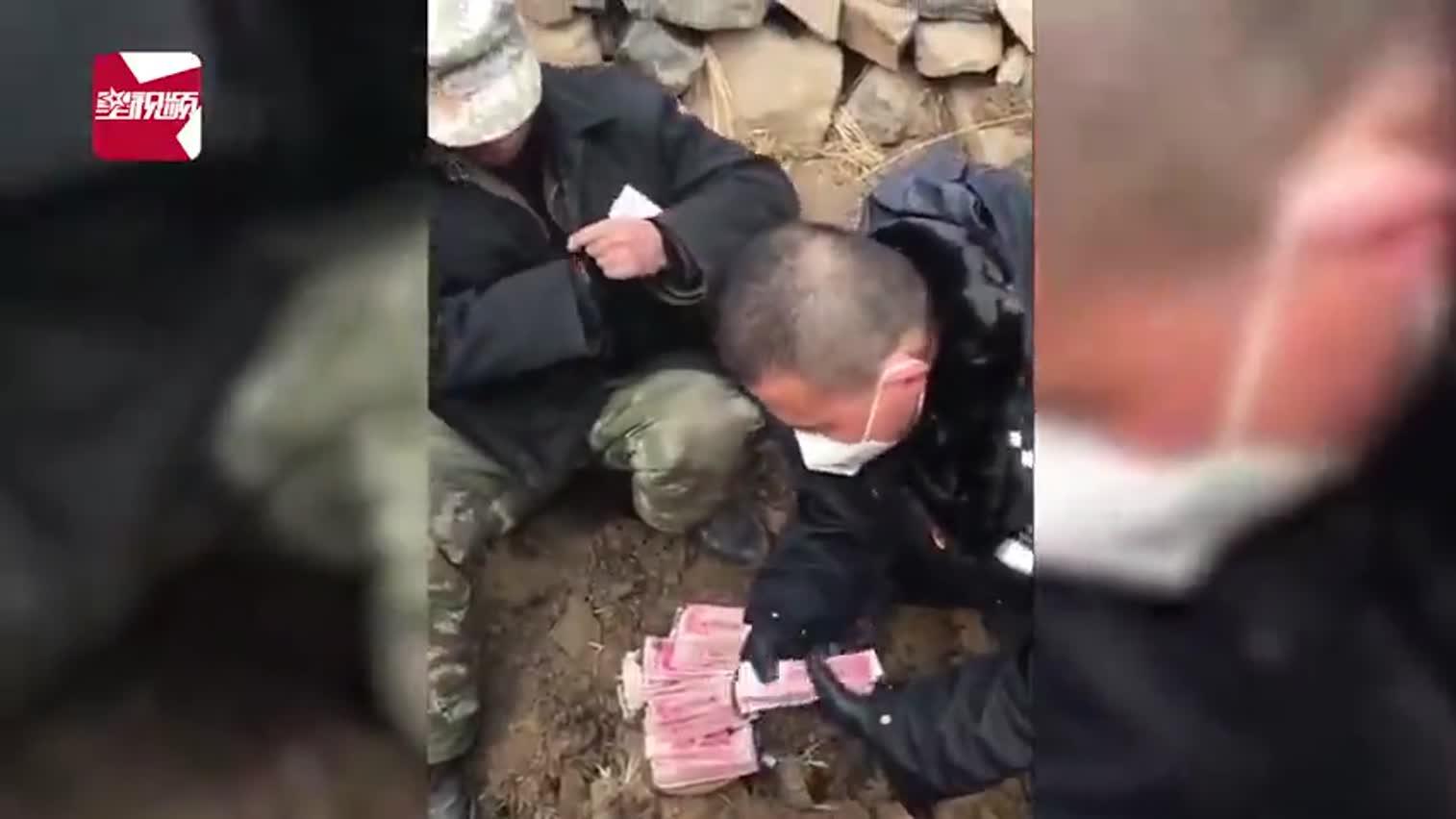 视频 河北一老人将7万积蓄埋地下 民警3小时挖出