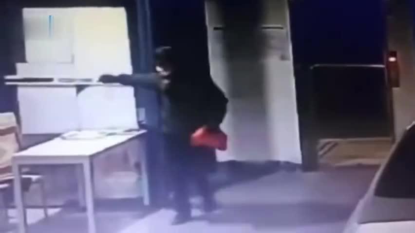 视频-男子不满管理向防疫站点扔狗屎 被拘15日