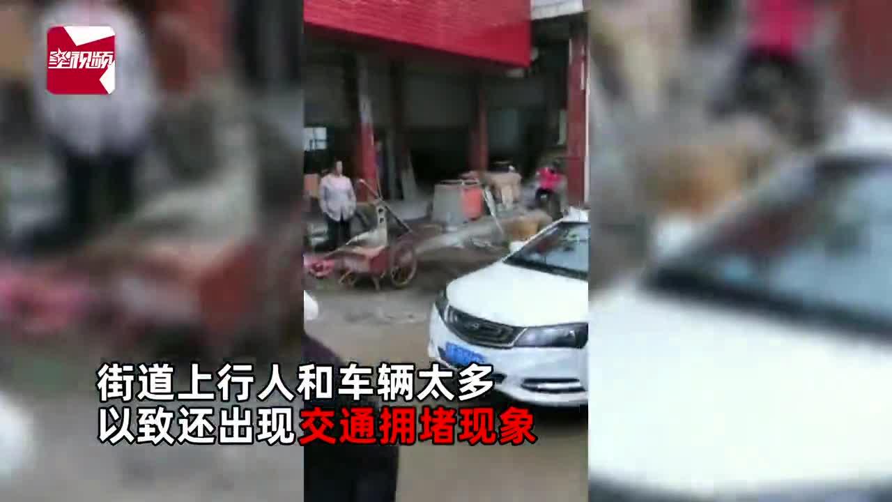 云南一村庄赶集现场人头攒动,多数村民不戴口罩逛街