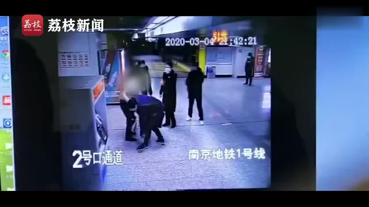 视频-男子地铁站内测体温时仅穿内裤:我脱光了给你