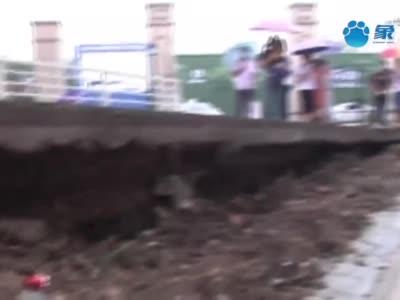"""平顶山一小区深夜""""地震"""" 60米围墙坍塌业主人心惶惶"""