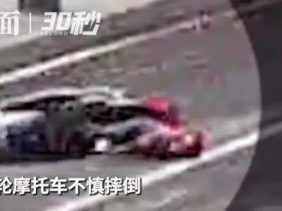 30秒|两轮摩托车摔倒,头盔保护司机头部仅受擦伤