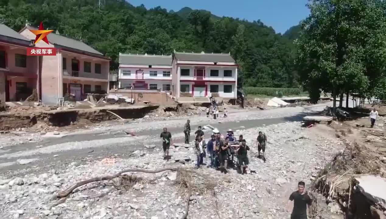 暖心!武警战士自制担架抬村民出灾区