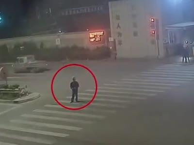 男子马路中间点烟车祸身亡