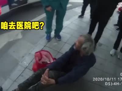 """老人摔倒 头部受伤,120小哥""""温柔哄娃式""""询问病情"""