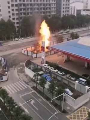 武汉友谊大道一市政电缆沟起火燃烧 火苗串起数米高