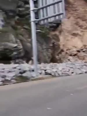丽宁公路出现塌方 云南多地发布地质灾害气象风险预警