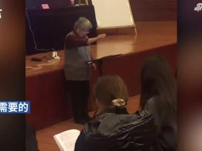 76岁老教师激情指挥合唱,网友:看到了年轻人没有的光芒