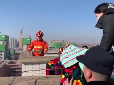 女子跳楼轻生,郑州消防员这一跳帅气!