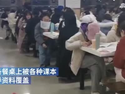 河南一大学食堂变自习室餐桌成书桌 学生:要考试了