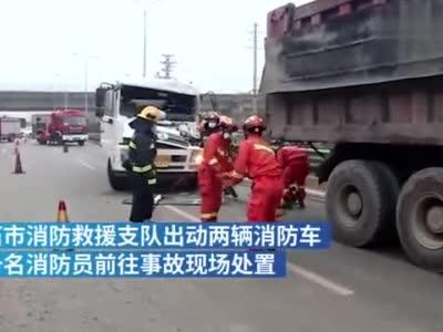 满载油料的罐车追尾货车,驾驶员被困驾驶室