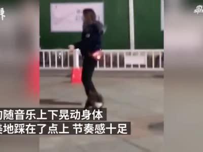 狗狗随音乐跳广场舞完美卡点,网友:比我跳得都协调