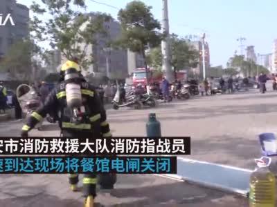 """幼儿园楼下早餐店突发大火,消防员徒手拎出四个""""炸弹"""""""