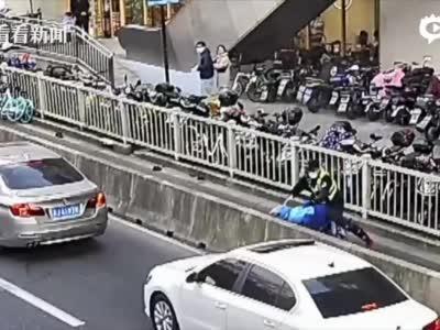 视频|敬业外卖小哥为赶时间逆行 还拖行民警十余米_上海图文_看看新闻