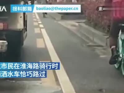 点赞!洒水车路遇骑车市民礼貌避让