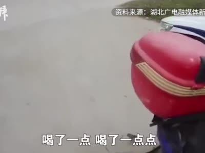 酒驾男子被查,装作和妻子吵架后撒腿就跑
