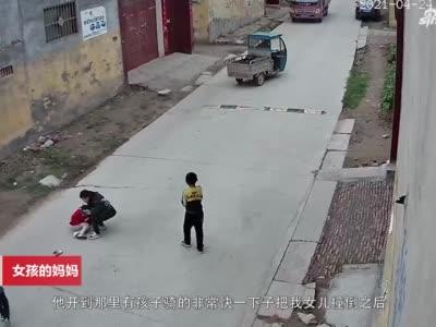 三轮车撞倒孩子碾压后逃逸 货车司机看见大声呵斥将其拦下