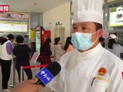 """云南大学食堂推出""""减脂餐""""受学生热捧"""