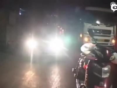 小伙停车堵住环卫中转站大门 被十顿垃圾包围垃圾随意停车_新浪视频