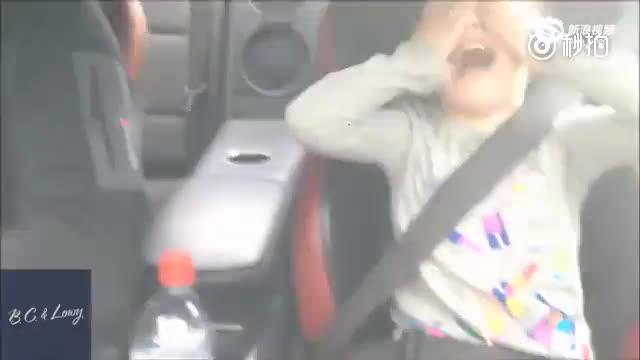 小萝莉坐老爸跑车狂飙 可爱模样萌翻网友