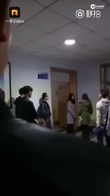 高校教师让迟到学生互扇耳光 嫌不够亲自上手