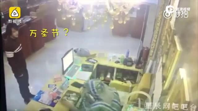 监拍:男子披编织袋持刀抢劫 旁人胆大围观
