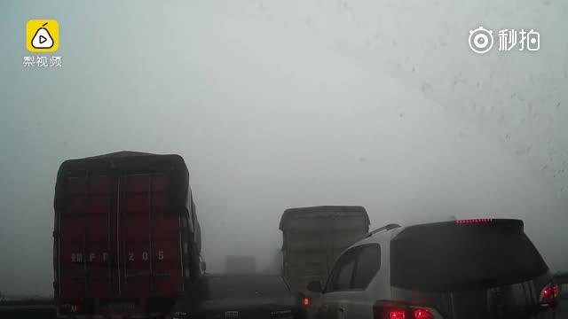 心惊肉跳!实拍大雾如何导致连环车祸