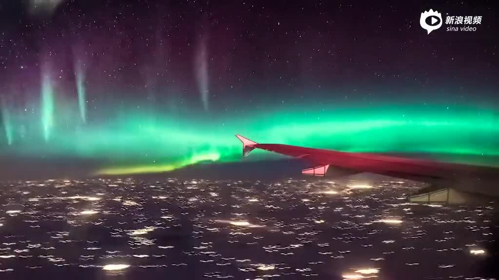 幸运乘客飞过加拿大上空遇见极光