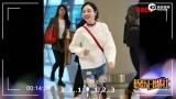 视频:好尴尬呀!李小璐走平路摔跤 起来后捂脸羞涩笑