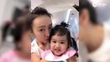 视频:王鸥与包贝尔女儿吃面包玩亲亲 画面温馨